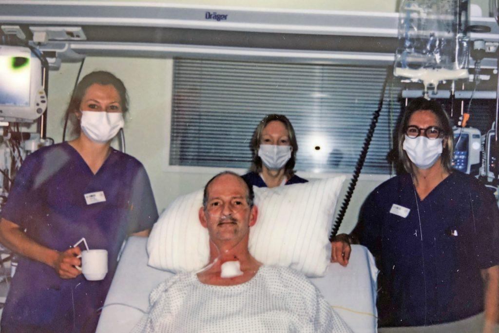 Stephan Floris im Kreis von Pflegefachkräften und einer Ärztin. Er lobt ausdrücklich, wie versiert und für ihn motivierend die Mitarbeiter des Ahauser Krankenhauses ihn behandelt haben. Das Erinnerungsfoto wurde kurz kurz vor seiner Entlassung aus dem Krankenhaus Ahaus in die Reha nach Schmallenberg ins Sauerland aufgenommen.