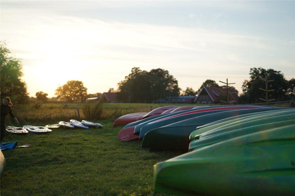 Am Hof Ten Brinke stehen Kanus in verschiedenen Größen für insgesamt 120 Menschen bereit.
