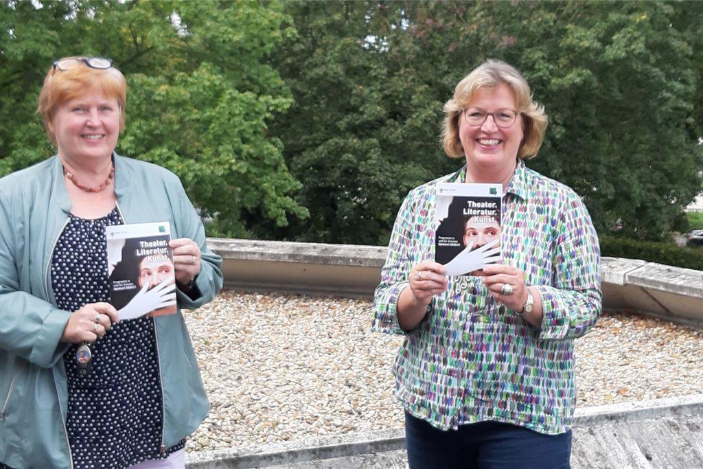 Sabine Podlaha und Anke Klapsing-Reich vom Amt für Schule und Weiterbildung präsentieren das neue Schulkultur-Programm.