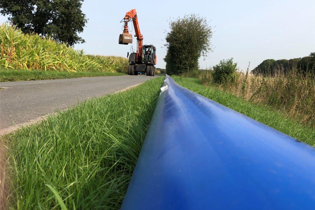 Die ersten Meter sind schon geschafft: die neue Wasserleitung zwischen Stadtlohn und Südlohn. Das PE-Rohr wird in ein Meter Tiefe in die Erde gebracht.
