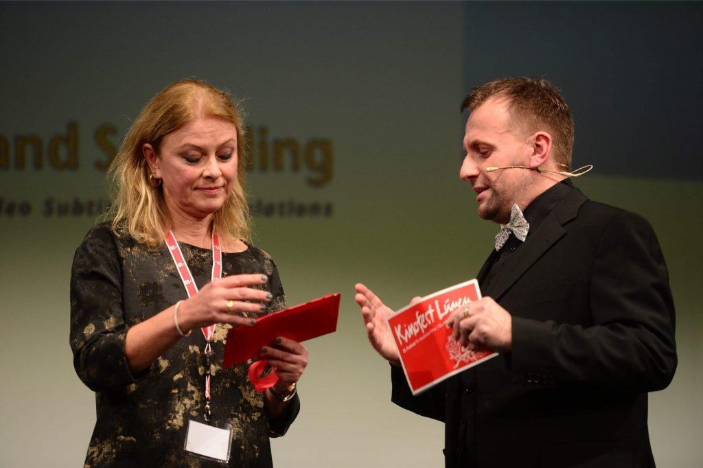 """Moderator Peter G. Dirmeier und Dr. Anke Höwing bei einem früheren gemeinsamen Auftritt während einer Preisverleihung. Beide sind auch beim """"Kino Film Fest Lünen"""" mit dabei."""