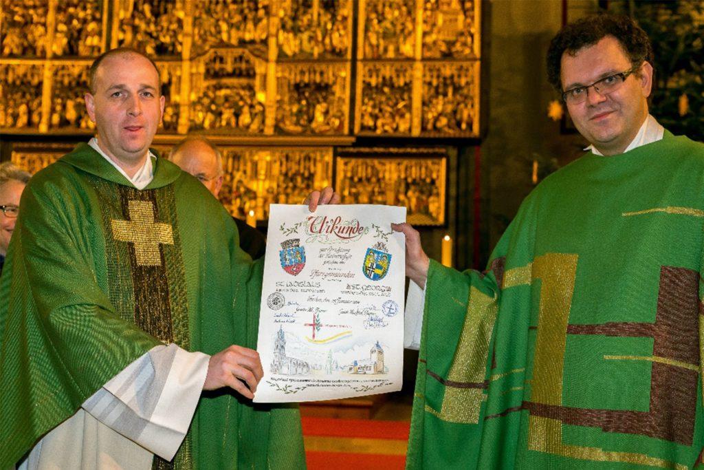 Die Partnerschaft wurde 2014 durch die von Pfarrer Sandor Pek (l.) von St. Ladislaus und Pfarrer Guido Wachtel von St. Georg unterzeichnete Urkunde offiziell besiegelt. Seitdem wächst das Projekt stetig weiter.