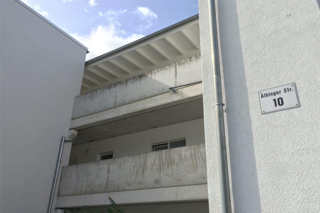 Das Haus Nummer 10 in der Albinger Straße sieht auch von außen an manchen Stellen sanierungsbedürftig aus.
