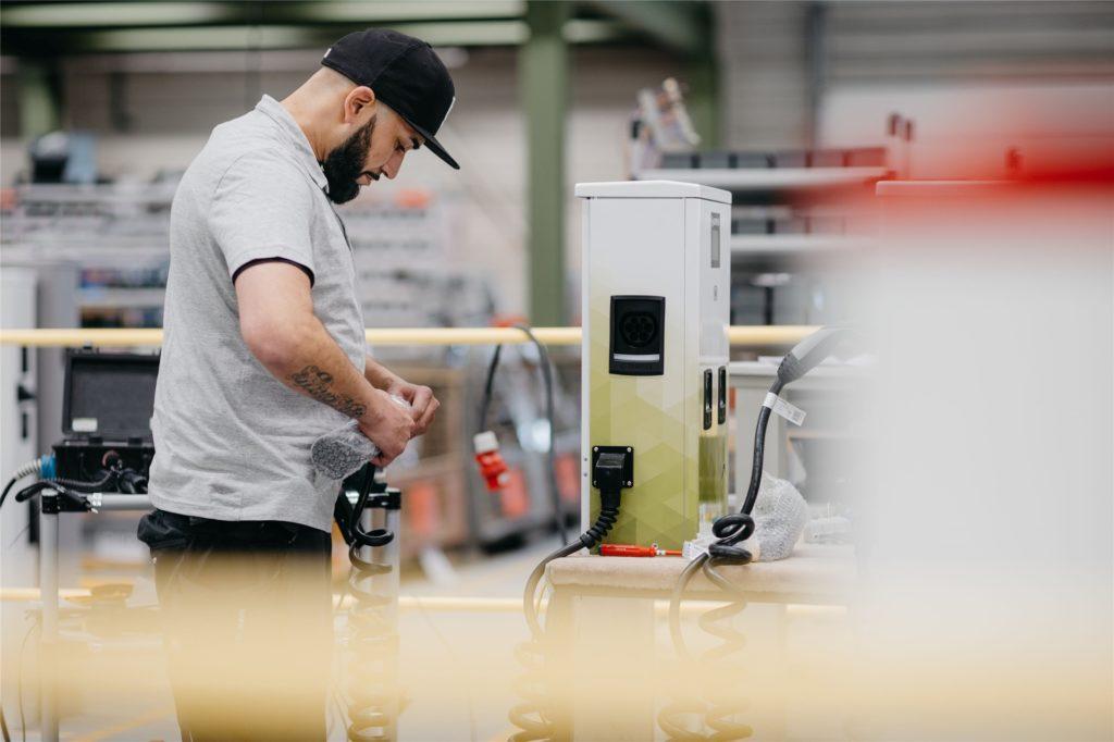 In Handarbeit werden die Ladesäulen für Elektroautos bei Compleo in Dortmund gefertigt.