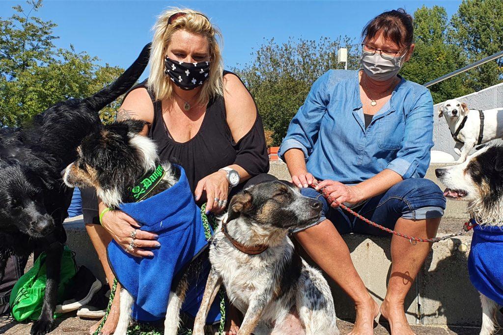 Sonja (l.) und Sabina waren mit ihren Hunden Zero, Danger und Mila zum ersten Mal beim Aqua-Dog-Event in Ahaus und begeistert.