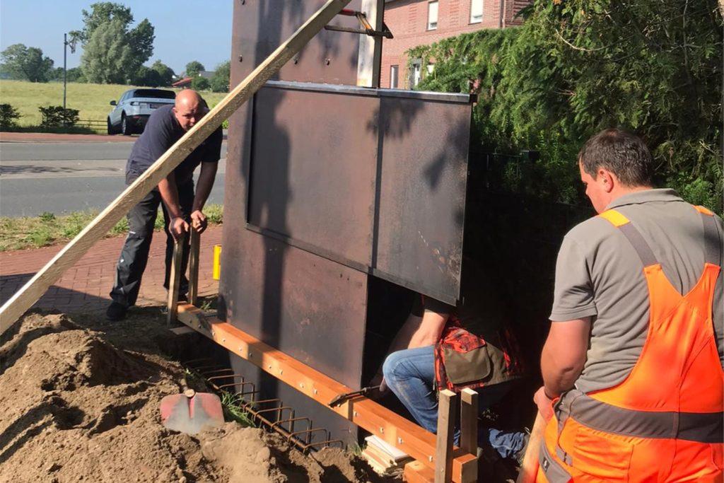 Mitglieder von Vorstand und Offizierskorps des Heeker Heimatvereins stellten im Juni unter tatkräftiger Unterstützung von Jörg Oelpmann und Stefan Schönebeck vom Bauhof der Gemeinde die ersten beiden Stelen auf.