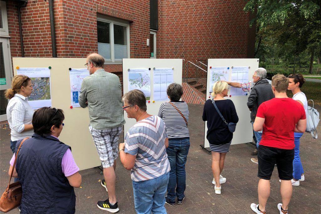 Einige Bürger nutzten die Gelegenheit, sich in die Planung des letzten Bauabschnitts des Spiel- und Bewegungsraumkonzepts einzubringen.