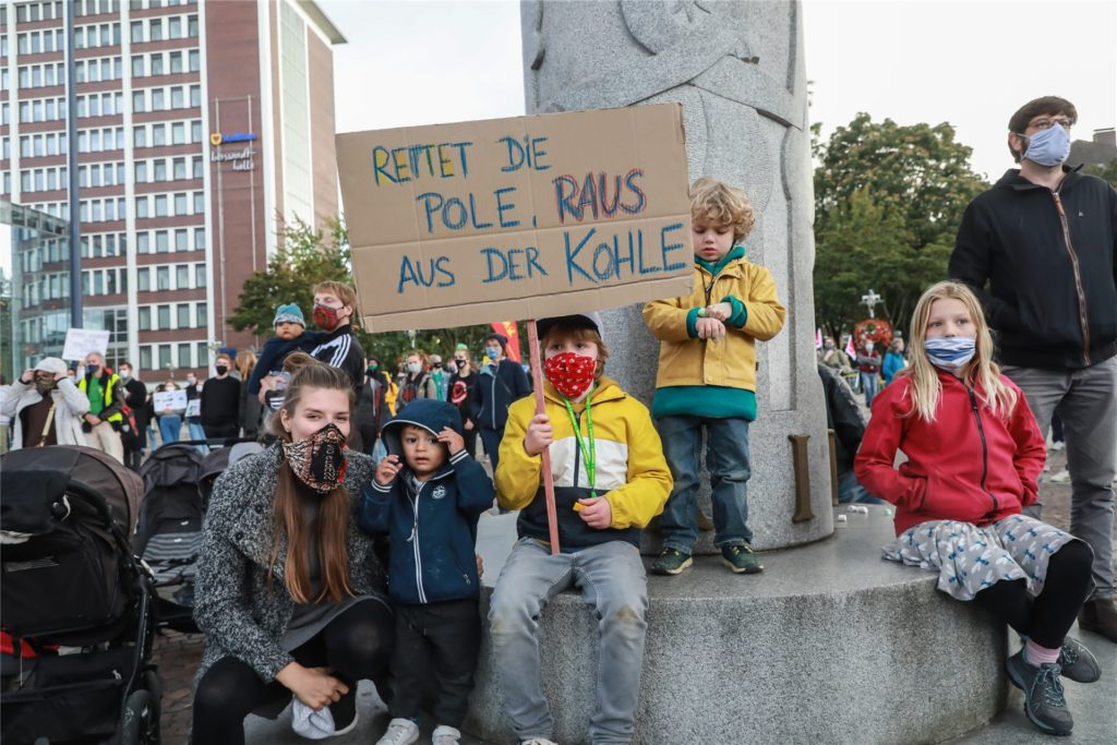 Generationsübergreifend wurde auf dem Friedensplatz für den Klimaschutz demonstriert.