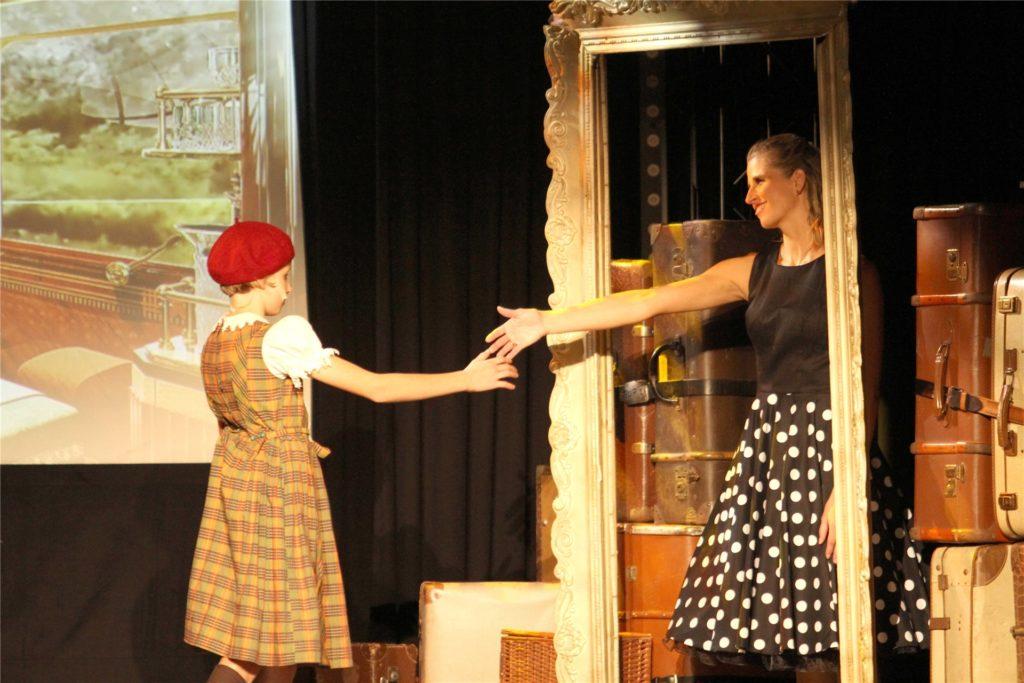 Die erst elfjährige Lina Strothmüller (l.) führt durch die Geschichte des Musical-Express´. Hier in einer Szene mit ihrer leiblichen wie auch Theater-Mutter Nadine Strothmüller.