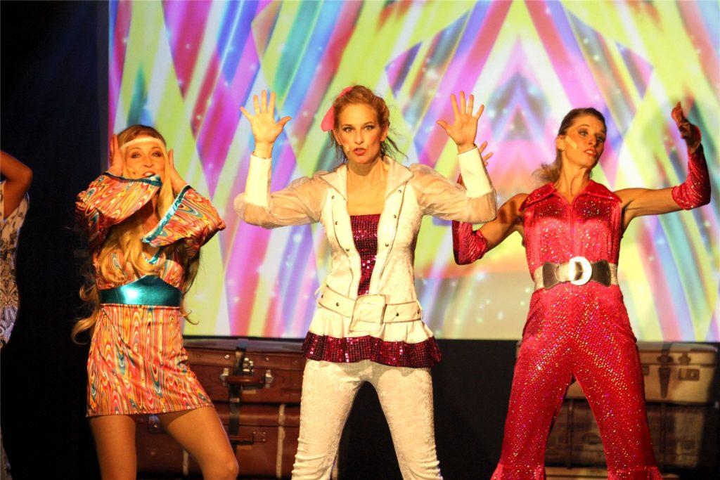 """Zurück ging es auch in die 1970er-Jahre: Mit (v.l.) Inga Strothmüller, Ariane Fischer und Nadine Strothmüller beim Abba-Musical """"Mamma Mia!""""."""