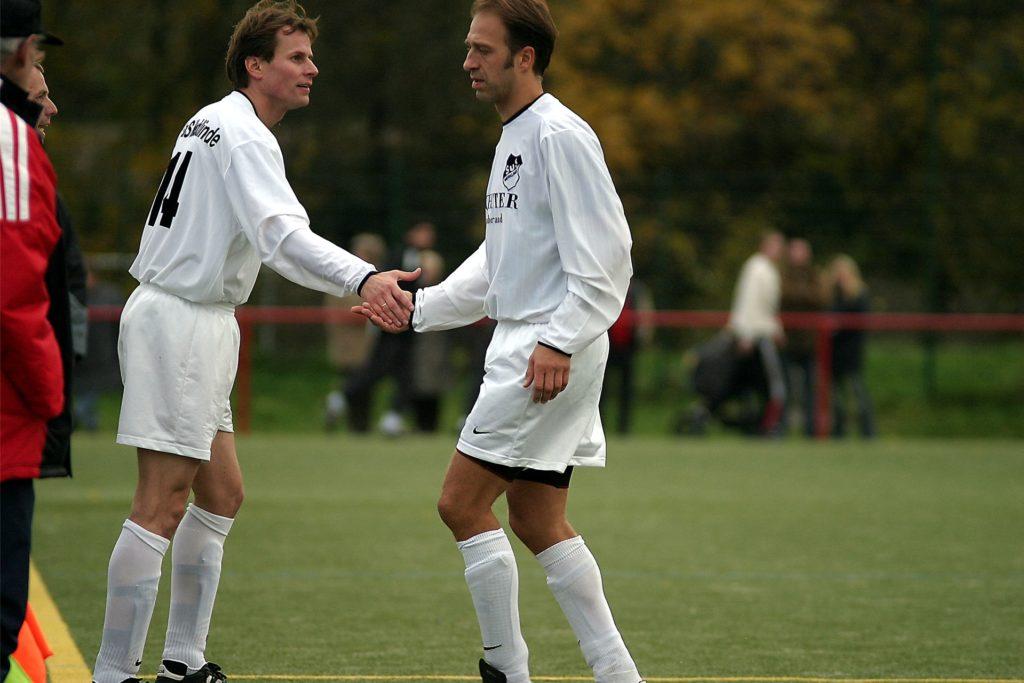 Spielten 2003 gemeinsam für den SuS Merklinde: Martin Broll (r.), der aktuelle Sportliche Leiter des SuS Merklinde, und Uwe Blase, der Vorsitzende des Sportplatznachbarn FC Castrop-Rauxel.