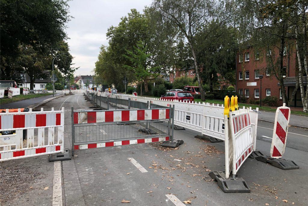 An der Oesterstraße wird derzeit Glasfaserkabel für die Geschwister-Scholl-Gesamtschule verlegt. Das sorgt für Verkehrsbehinderungen