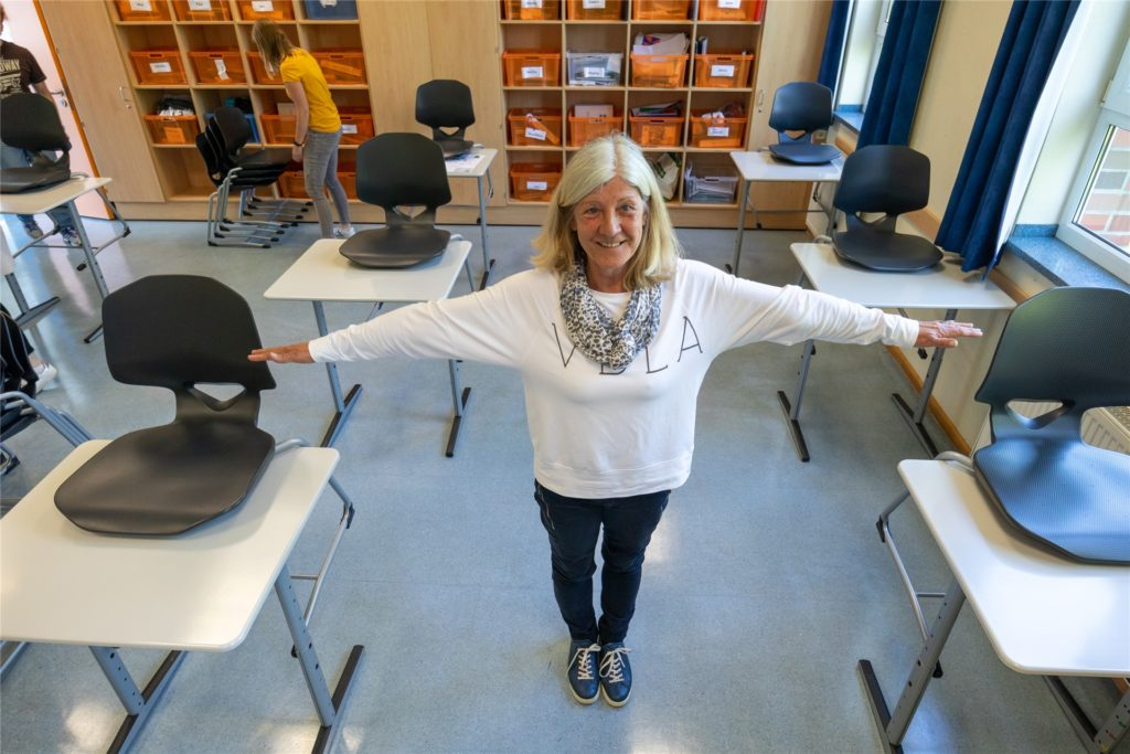 Abstand halten ist oberstes Gebot: Realschulrektorin Bärbel Fleer in einem Klassenraum.
