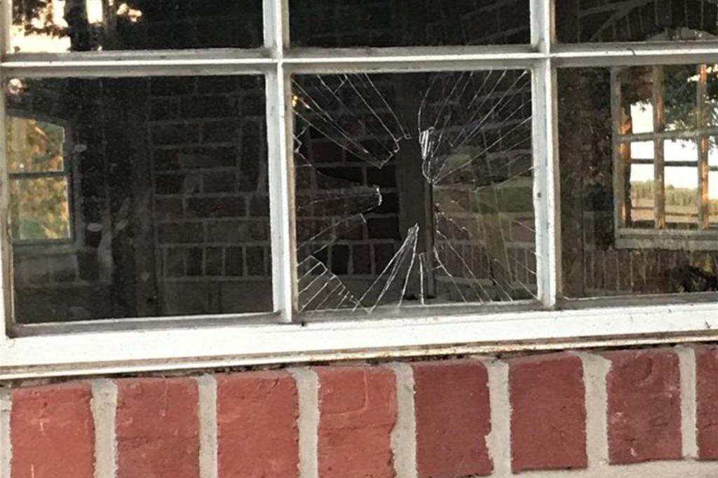 Auch eine Fensterscheibe wurde eingeschlagen.