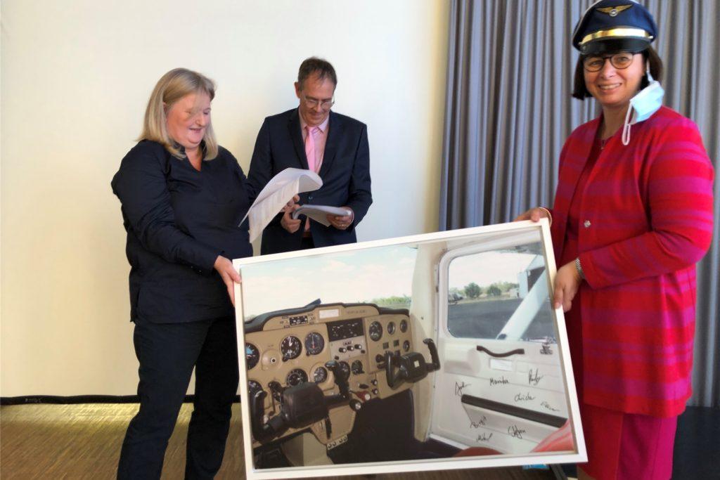 Im Namen aller Stadtlohner Schulleiter überreichten Christa Engelmann (Hilgenbergschule) und Oliver Puten (Gescher-Dyk-Schule) ein Cockpit-Bild an die