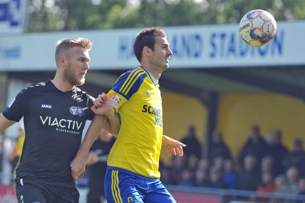 Maximilian Hinkelmann, hier im Duell mit Tim Forsmann, bereitete den Treffer zum 3:0 vor.
