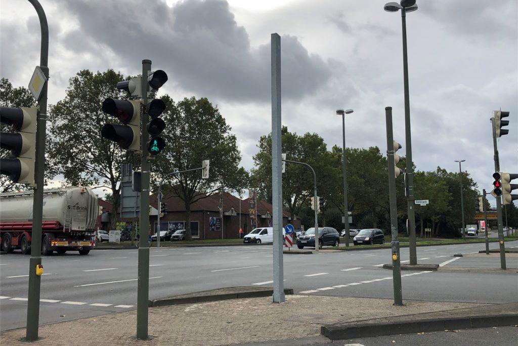 Der Pfosten, an dem das Schild wahrscheinlich mal befestigt gewesen ist, steht etwas verloren auf der Verkehrsinsel.