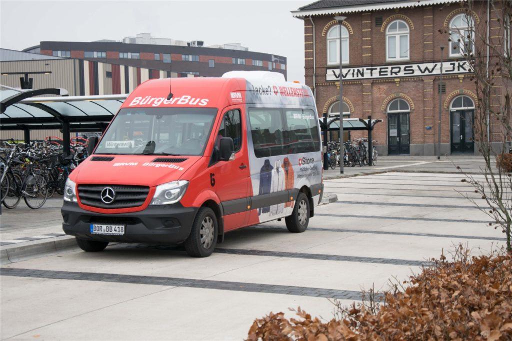 Der Bürgerbus Südlohn-Oeding steuert seit Oktober  2019 die niederländische Nachbarstadt Winterswijk an und hält dabei vor dem dortigen Bahnhof/Station. Hier ist auch ein Umstieg auf das niederländische Eisenbahnnetz möglich.