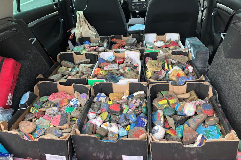 Der Kofferraum im Wagen von Susanne Weiß ist derzeit voller bemalter Steine aus Soest