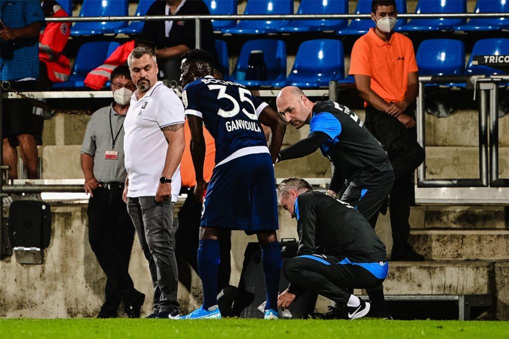 Maik Liesbrock behandelt hier mit seinem Physio-Kollegen Frank Zöllner den VfL-Profi Silvère Ganvoula. Trainer Thomas Reis wirft einen prüfenden Blick rüber.