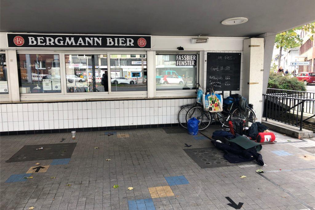 Ein Mensch ohne festen Wohnsitz hat sein Lager vor einem Kiosk in Dortmund aufgeschlagen.
