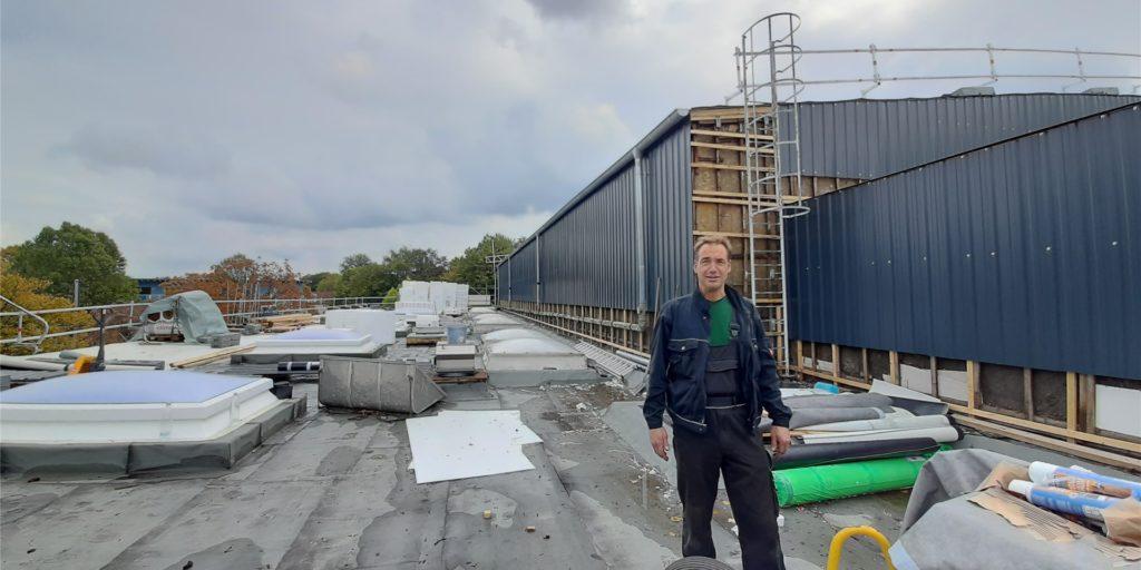 Steigt dem Hombrucher Hallenbad auch aufs Dach: Olli Mai, technischer Mitarbeiter der Sportwelt Dortmund.