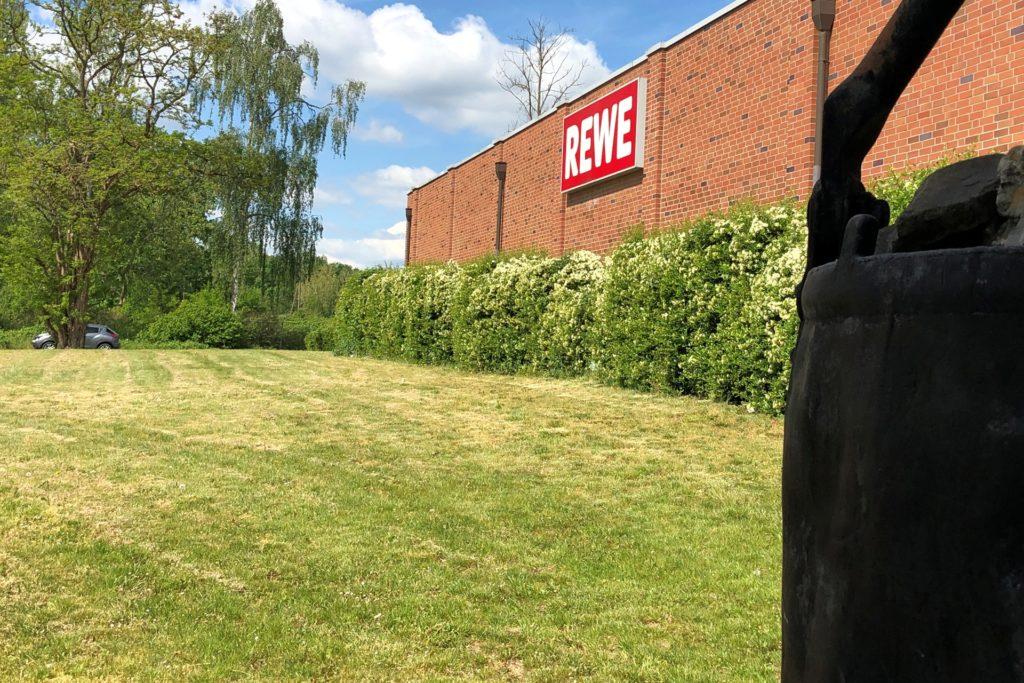 Der Rewe-Markt soll zur Husener Straße hin vergrößert werden.