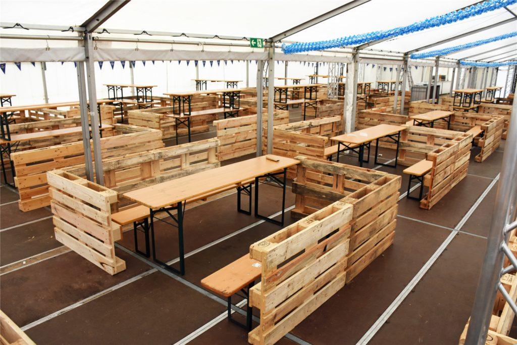 In dem 550 Quadratmeter großen Zelt sind Boxen aufgebaut, in denen die Gäste tanzen und feiern können.
