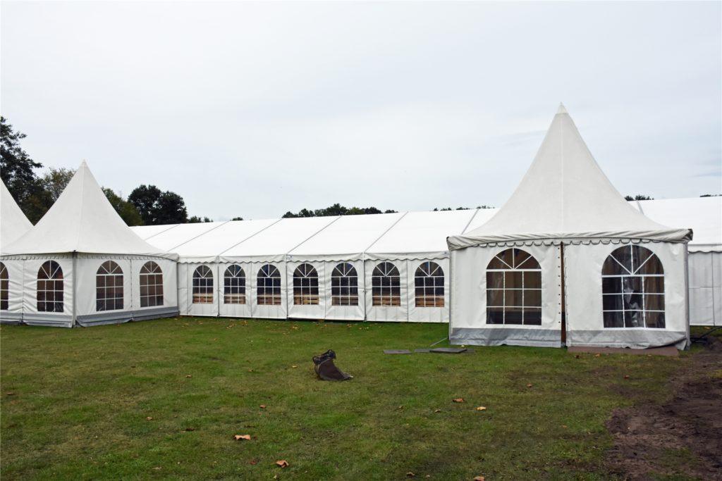Das Zelt steht hinter der Gaststätte an der Wüllener Straße.