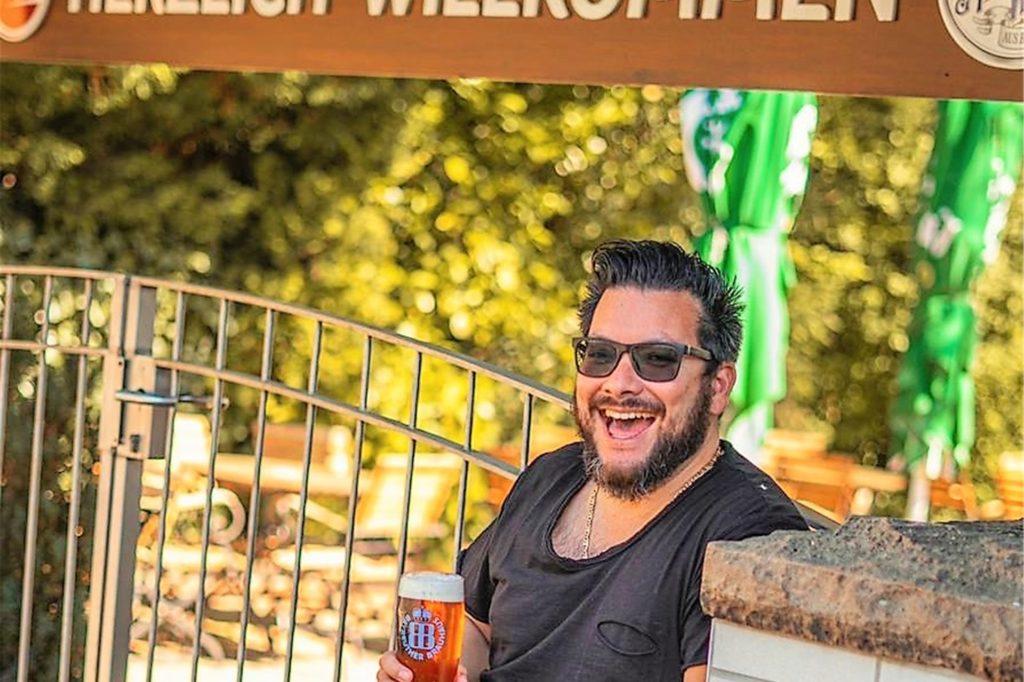 """Antonio Link lässt den Biergarten von """"Hopfen und Salz"""" ganzjährig geöffnet, unabhängig von Corona. In eine Überdachung und Verglasung will er zurzeit nicht investieren."""