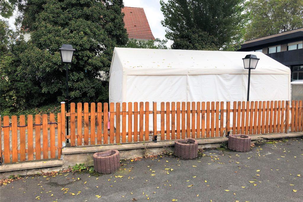 Im kleinen Biergarten des Dorfkrugs steht seit Montag ein Zelt, für alle Gäste, die lieber draußen als drinnen ihr Bierchen trinken wollen.