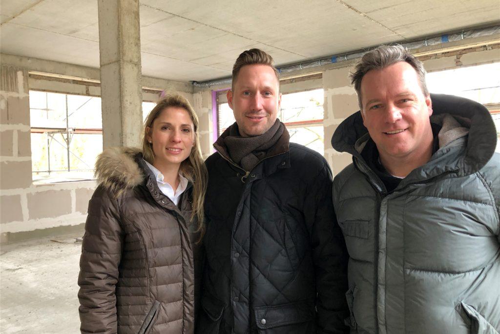 Janina und der Zahnarzt Dr. Michael Bartling (v.l.) bauen am Wambeler Hellweg. Jens Kemke (r.) hilft den beiden bei der Vermarktung einer Gewerbefläche.