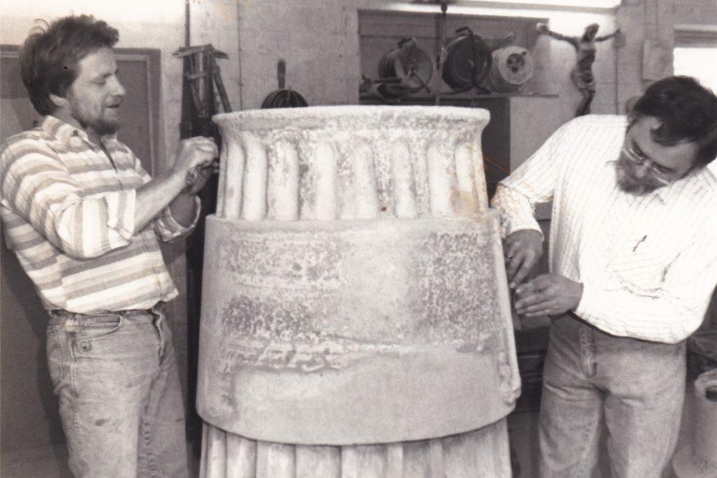 Im Mai 1989 restaurierten der Raesfelder Steinmetzmeister Ferdi Löchteken (r.) und Martin Mondorf (l.) das General-Crause-Denkmal.