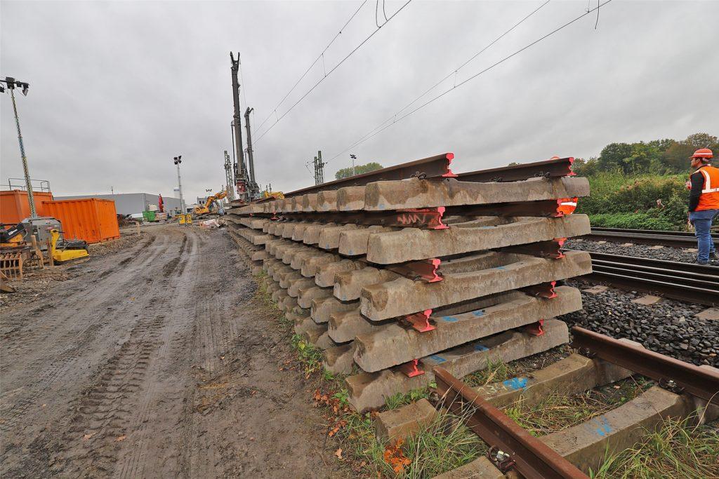 Die sogenannten Gleisjoche, die aufgestapelt neben der stillgelegten Bahnstrecke Dortmund-Hamm liegen. Als Gleisjoch wird die Kombination aus Betonschwellen und Schienen bezeichnet. Die Betonschwellen werden wieder eingebaut, die zerschnittenen Schienen werden verschrottet.