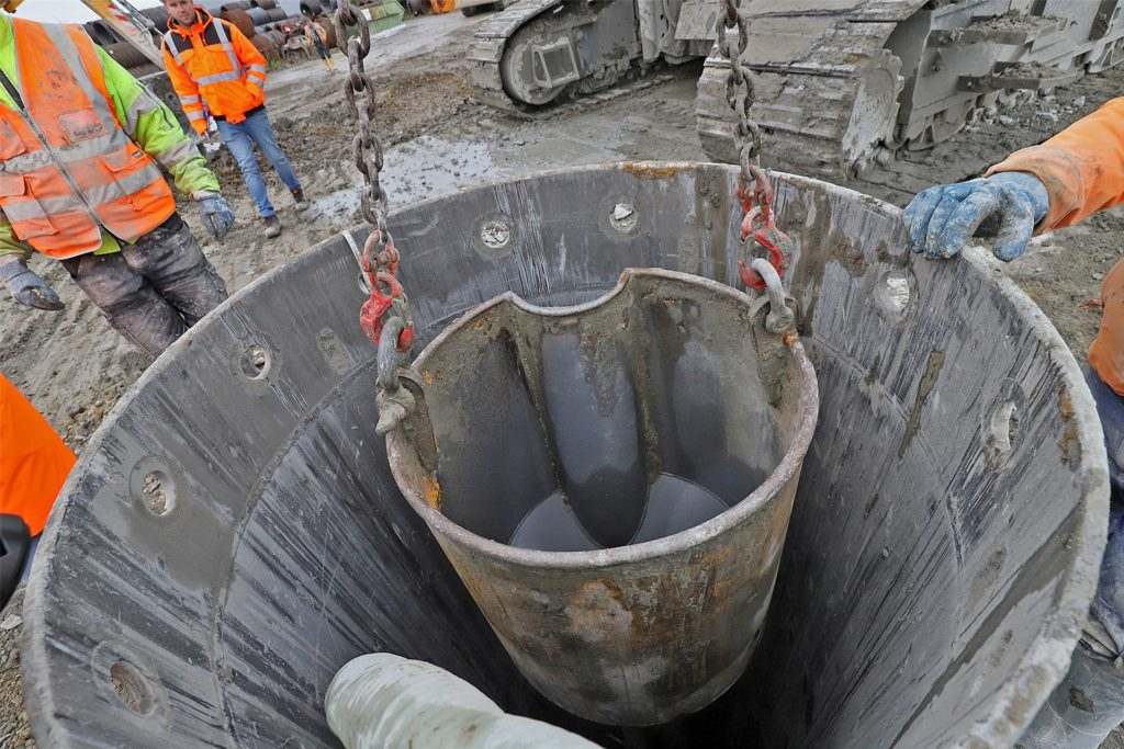 Hier geht es in die Tiefe. Bis zu 20 Meter reichen die Bohrungen hinab in den Südkamener Boden. Dort wird jetzt ein Bewehrungskorb aus Stahl versenkt, der dann mit Beton ausgefüllt wird. So entsteht Stück für Stück, Säule für Säule, eine wasserdichte Wand für eine Verkehrsunterführung.