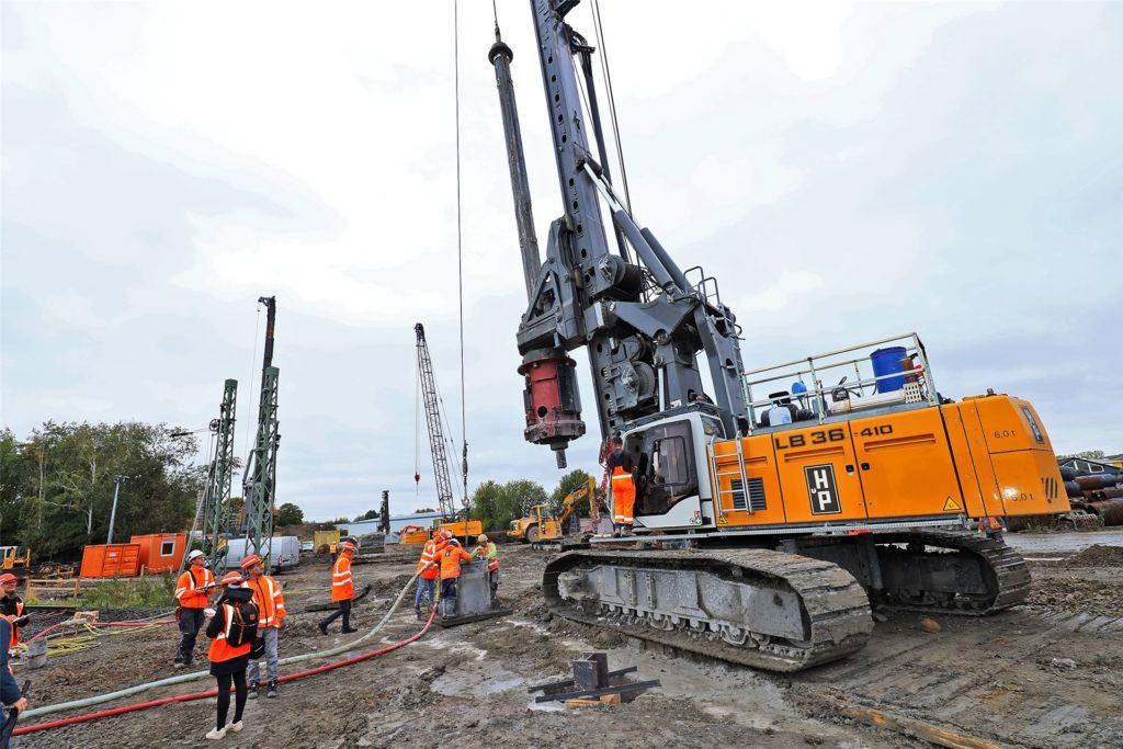 Die schweren Tiefbohrmaschinen wiegen aufgerüstet 136 Tonnen. Sie können bis auf eine Höhe von 28 Metern ausgefahren werden.