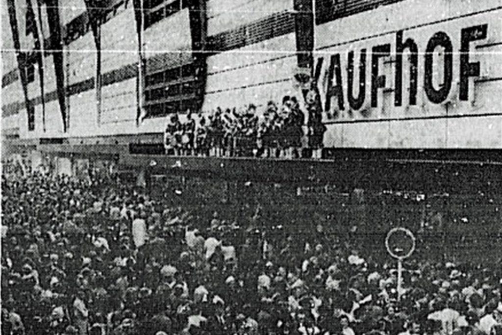 Bei der Eröffnung des Kaufhofs in Dortmund 1967 spielten die Kölner Ratsbläser vor Hunderten wartenden Menschen.
