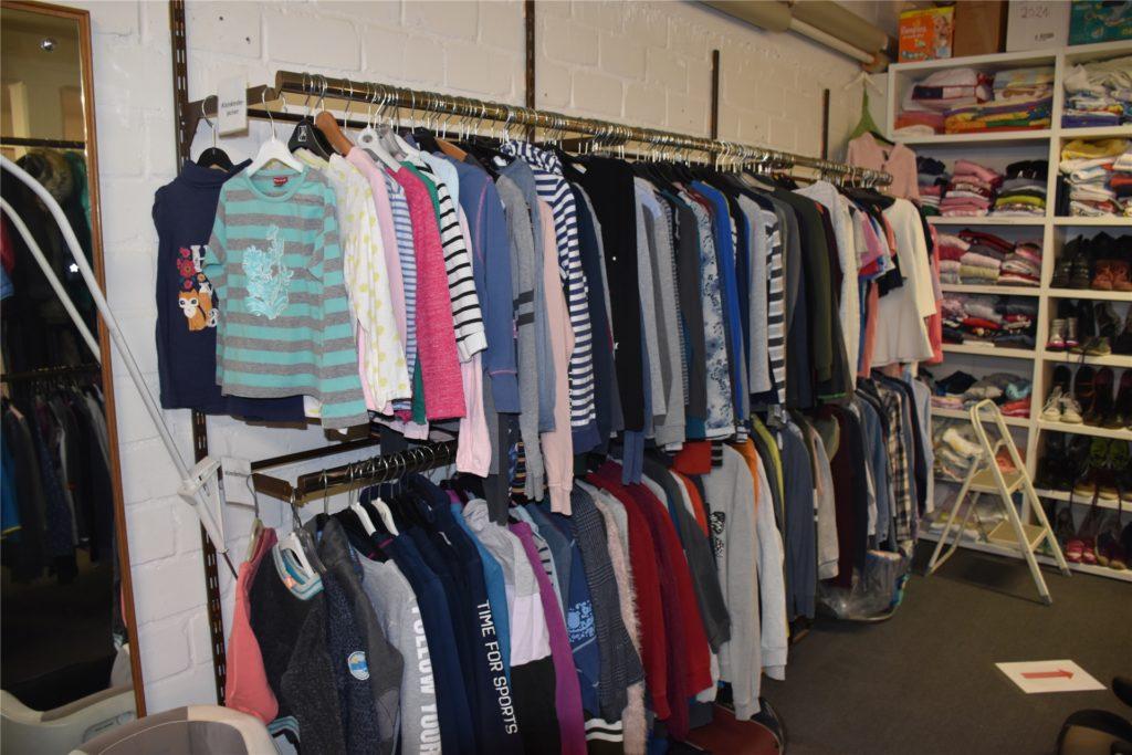 Das Angebot in der Kleiderstube St. Otger ist groß.
