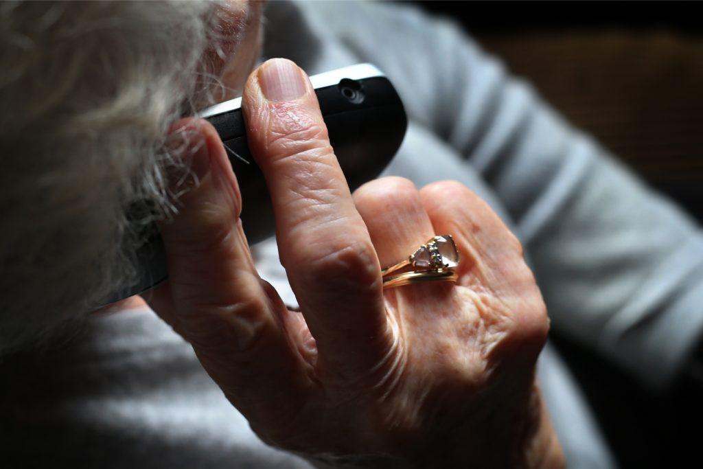 Vor allem ältere Menschen sind von der Masche der Betrügerinnen betroffen. Die Nachbarn im Zweifel telefonisch um Hilfe zu bitten, kann helfen (Symbolbild).