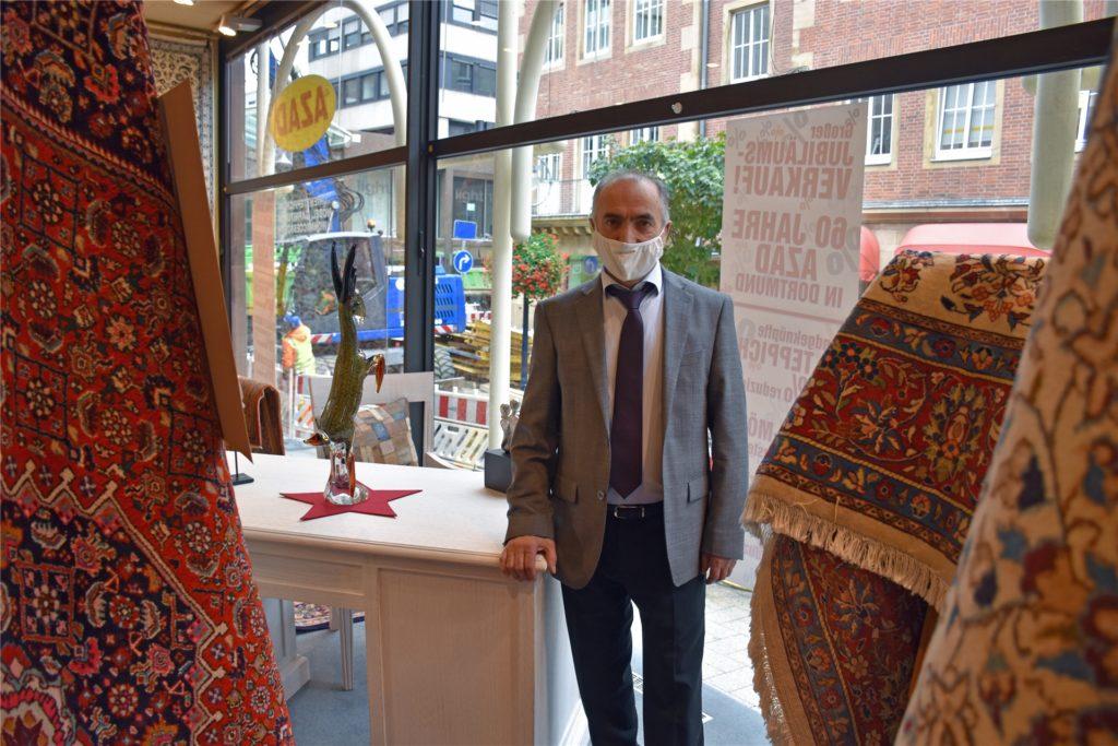 Ali Dashti ist Geschäftsführer des Teppichgeschäfts Azad und leidet unter der Baustelle vor seiner Ladentür.