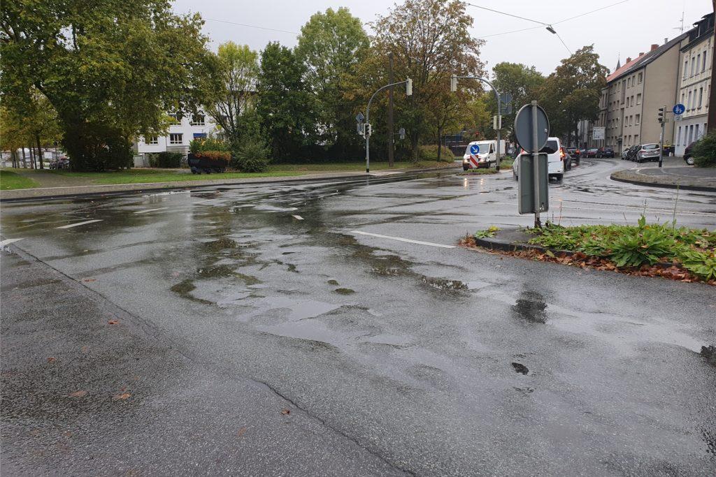 Erhebliche Bodenwellen im Kreuzungsbereich Altstadtring/Bochumer Straße machen Autofahrern und Radlern zu schaffen.