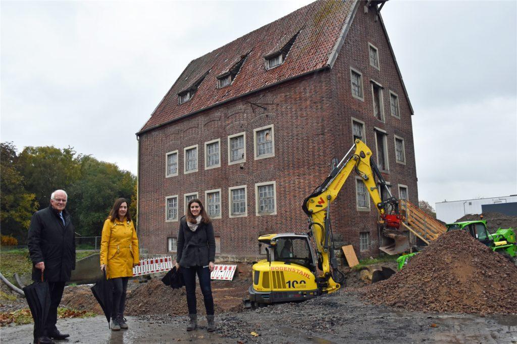 """Bürgermeister Helmut Könning, Teilprojektleiterin Petra Nordkamp und Anna Sperlbaum (Gesamtprojektleitung """"Natürlich-Berkel"""" ) freuen sich darüber, dass jetzt der Startschuss für die Arbeiten an der Berkelmühle erfolgt sind."""