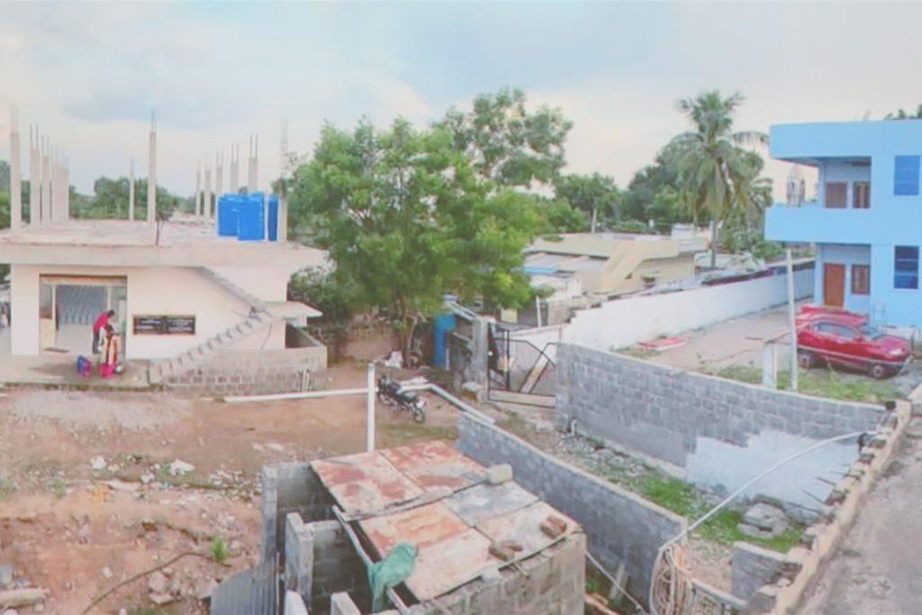 """Im Wasserwerk """"Stender Mineral Water Plant"""" (l.) wird seit zwei Monaten Trinkwasser für die Bevölkerung von Ponugodu und seinen Nachbarorten hergestellt."""