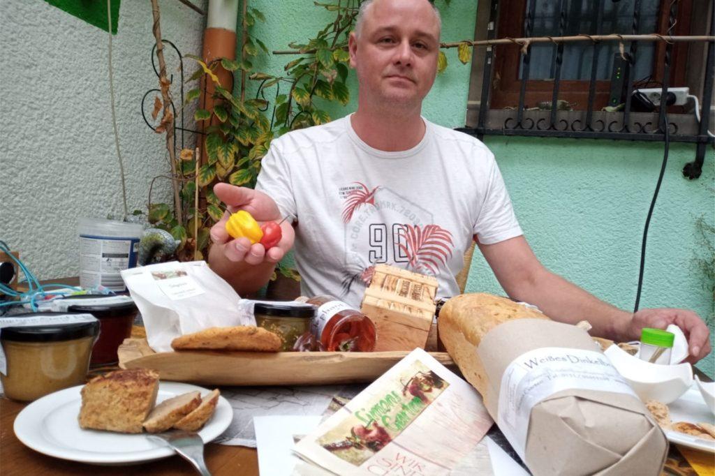 Simon Hauswirth stellt eine Auswahl seiner handgemachten und regionalen Produkte vor.
