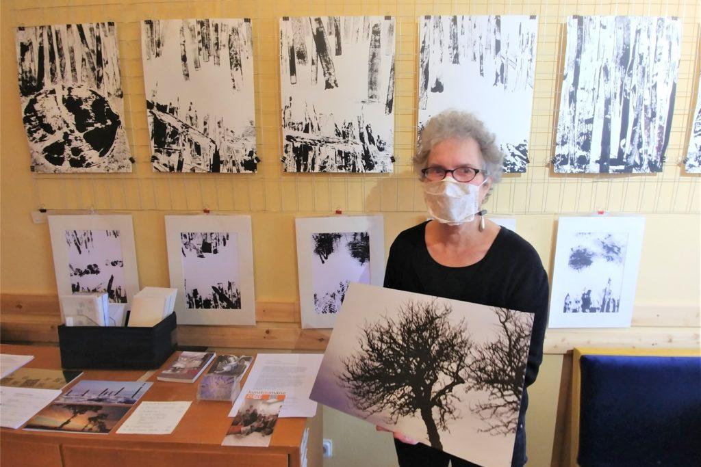 Rita-Maria Schwalgin befasst sich in ihren Bildern mit dem Klimawandel. Auf ihrer Fotografie sieht man Bäume, die Bilder im Hintergrund wurden gedruckt.