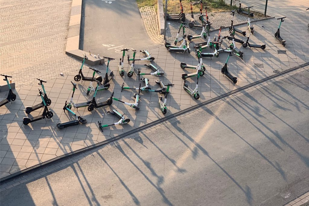 Eigentlich ist die Anzahl der E-Scooter am Phoenix-See festgelegt. Die Anbieter haben sich in der Vergangenheit jedoch nicht immer daran gehalten.