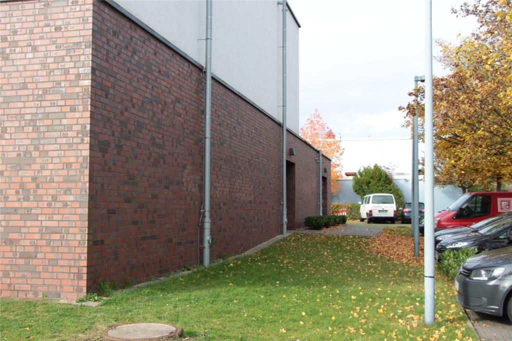 Die neue Sporthalle des Christophorus-Gymnasiums, im Hintergrund ist die alte zu erahnen. Beide Hallen sind mit einer Heizung verbunden, die nun defekt ist.