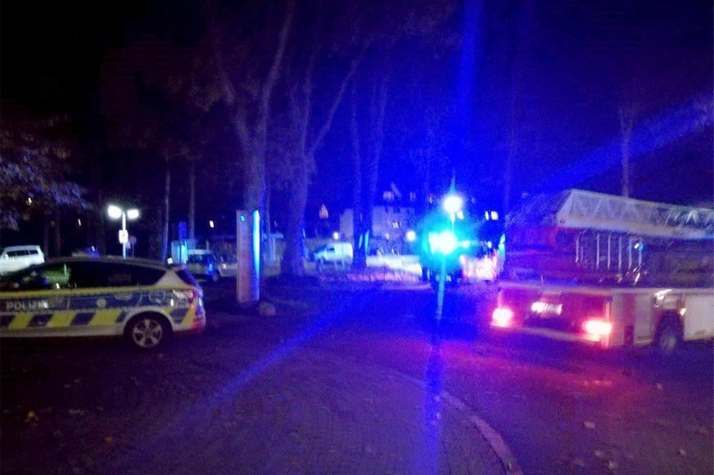 Auch die Drehleiter wurde vor dem von dem Brand betroffenen Balkon in Stellung gebracht. Die Polizei war ebenfalls vor Ort.