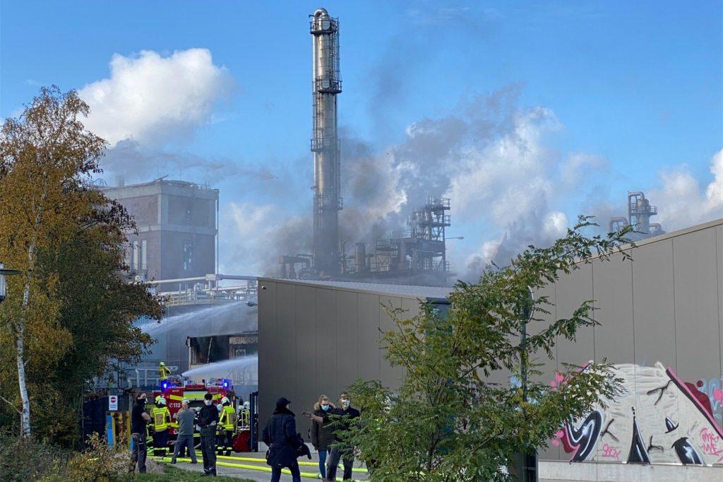 Zu einem Feuer auf dem Werksgelände der Firma Bronzel rückte am Mittwoch die ganze Castrop-Rauxeler Feuerwehr an. In der Nachbarschaft des Chemiewerks Rütgers stand ein Lastwagen in einer Halle des metallverarbeitenden Betriebs in Flammen.