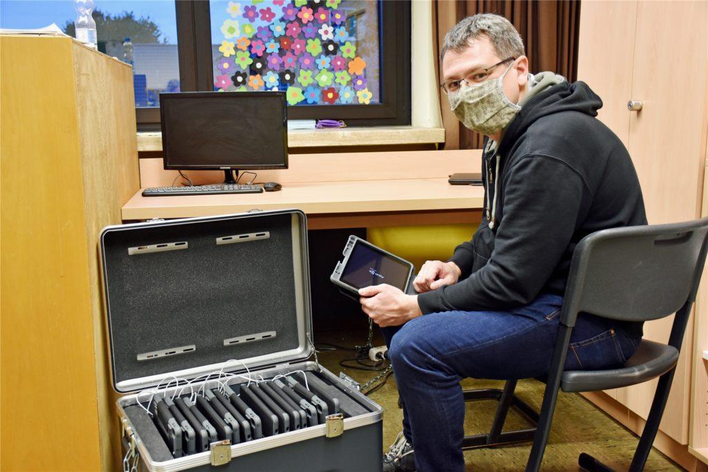 Sebastian Terhart mit dem iPad-Koffer in der von-Galen-Grundschule. Die Tablets werden von allen Schülern genutzt. Für die vorhandenen Tablets gibt es ein Buchungssystem, in das Lehrkräfte eintragen, wann welche Klasse die iPads nutzen möchte.